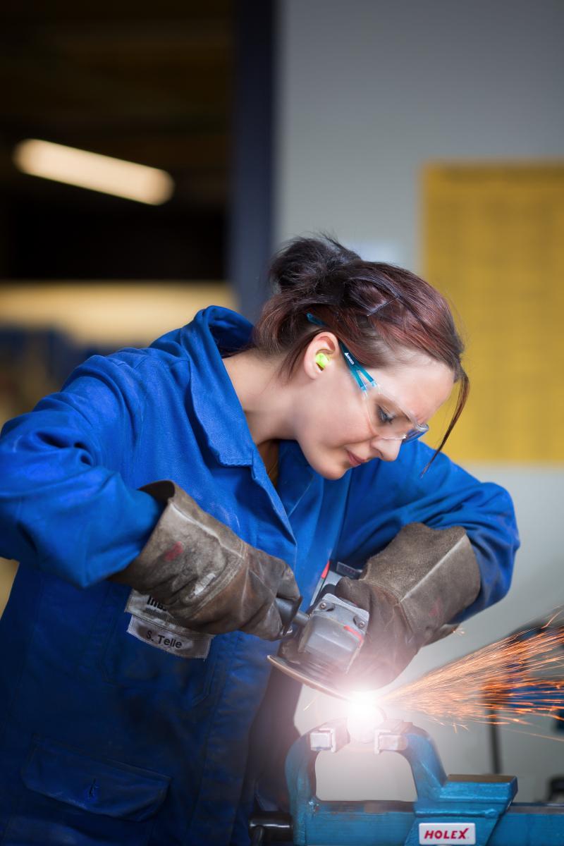 Die Auszubildene Santana Telle bei verschiedenen Tätigkeiten während der Ausbildung in der Lehrwekstatt der Firma Kuhn Edelstahl in Radevormwald.